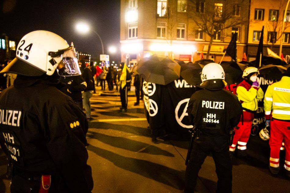 Ein Block der Demonstration aus dem immer wieder Böller und Pyro geworden wurde, ist von der Polizei besonders eng begleitet worden