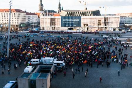 Gut sichtbar die Teilnehmer der heutigen Pegida Dresden Demonstration. Aufgenommen kurz vor 19:00.