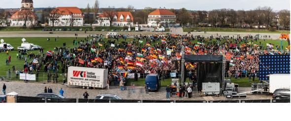 Das Panorama Zeigt die Pegida Veranstaltung kurz vor dem geplanten Beginn
