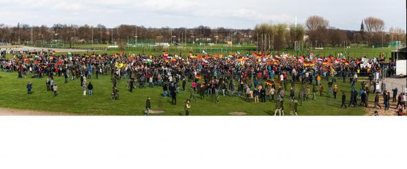 Das Panorama Zeigt die Pegida Veranstaltung kurz vor der Rede von Geerd Wilders