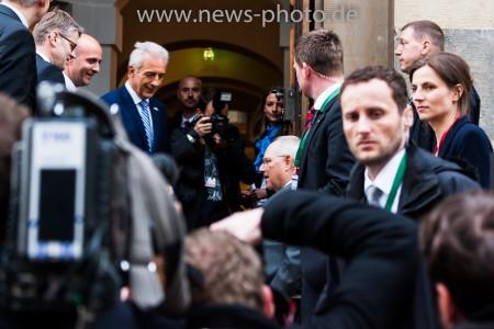 Stanislaw Tillich begrüsst Wolfgang Schäuble beim G7 Finanzminister Treffen