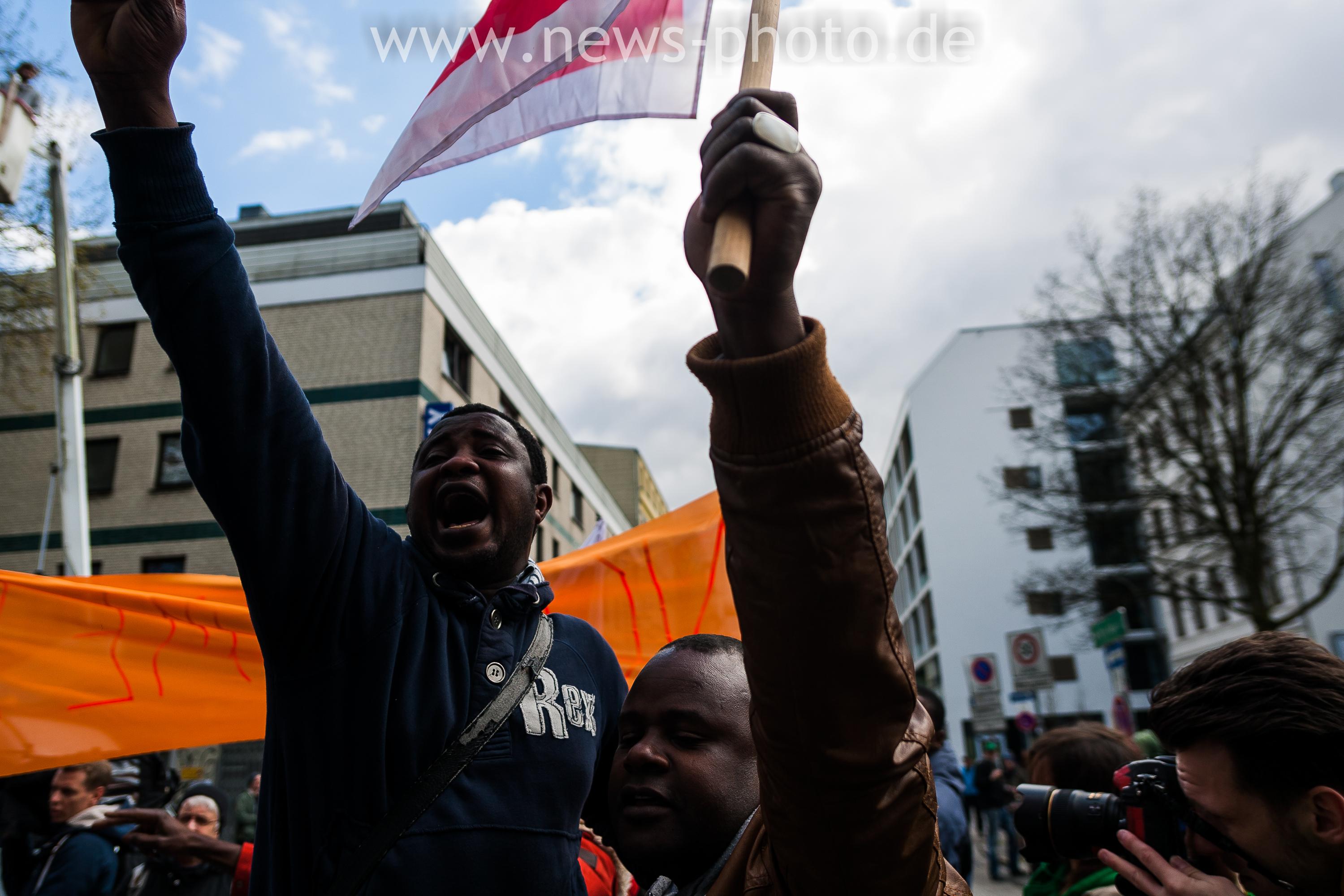 Demonstranten auf der Never mind the Papers Demo zum 1. Mai in Hamburg