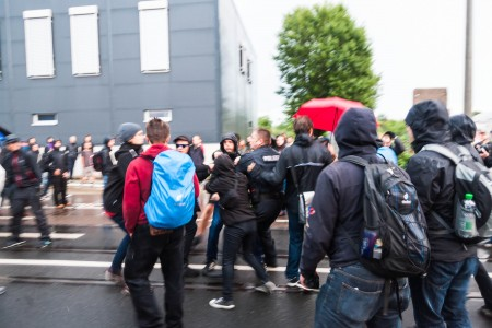 Es ist während der Demonstration zu Rangeleien gekommen als 2 Rechte die Demonstration unterwandern wollten