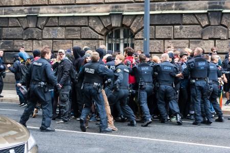 Am rande der AFD Demonstration ist es zu Rangeleien zwischen Gegendemonstranten und der Polizei gekommen