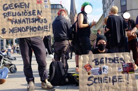 Gegendemonstranten zeigten mit Plakaten was sie von der AFD aber auch von der LIES Gruppe denken