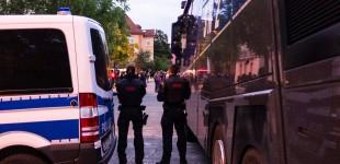 Die Polizei trennte beide Demonstration mit zwei Wasserwerfern
