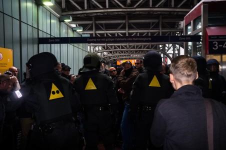 Rechte Demonstranten wurden von der Polizei eingekesselt