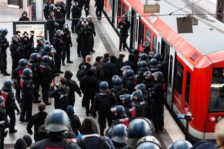 Die rechten Demonstranten wurden mit einer S-Bahn abtransportiert