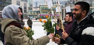 Dresdnerin verteilt Blumen an die Flüchtlinge