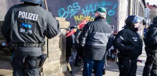 Pegida Teilnehmer schlug mit Fahnenstange zu
