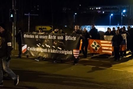 Die Neonazi-Demo zieht vorbei