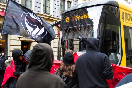 Eine Straßenbahn näherte sich gefährlich schnell dem Stadtteilspaziergang gegen rechte Angriffe und Rassismus