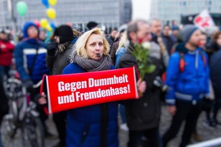 Gegendemonstranten in Berlin bei der Demonstration in Berlin
