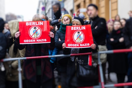 Gegendemonstranten in Berlin bei der Demonstration in Berlin