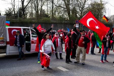 Türkische Nationalisten Demonstrieren am Bahnhof Dammtor. Demonstrant zeigt den Wolfsgruß
