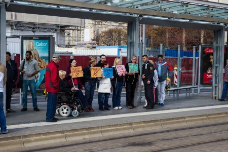Teilnehmer der Pegida-Demonstration begrüßen die Teilnehmer des Integrations Kongresses