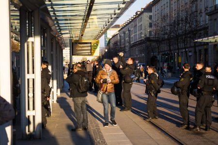 Gegendemonstranten werden von der Polizei gefilmt