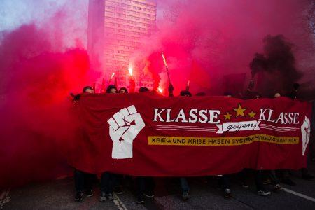 Pyrotechnik und Böller führten zum Abbruch der 1. Mai Demo und dem Einsatz von Wasserwerfern