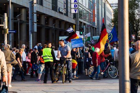Gegen Chemtrails wird auch bei Pegida Demonstriert