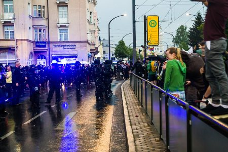 Die Polizei trennte beide Demonstrationen vor dem Bahnhof Neustadt.