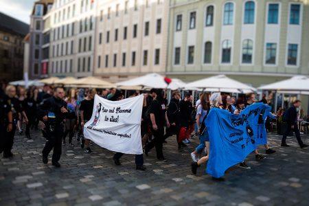 Die Pegida Gegendemonstration auf dem Weg zum Neumarkt