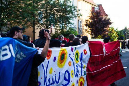 Die Demonstranten winkten den Bewohnern in der Asylunterkunft zu, welche dies auch erwiderten.