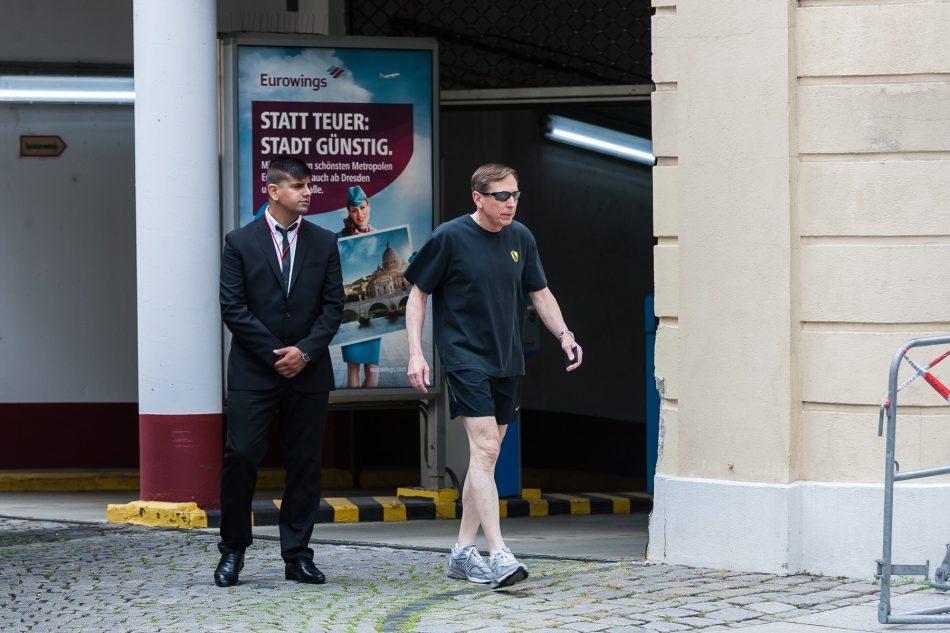David Petraeus (ehemaliger CIA Direktor) verlässt das Hotel um durch Dresden zu Joggen
