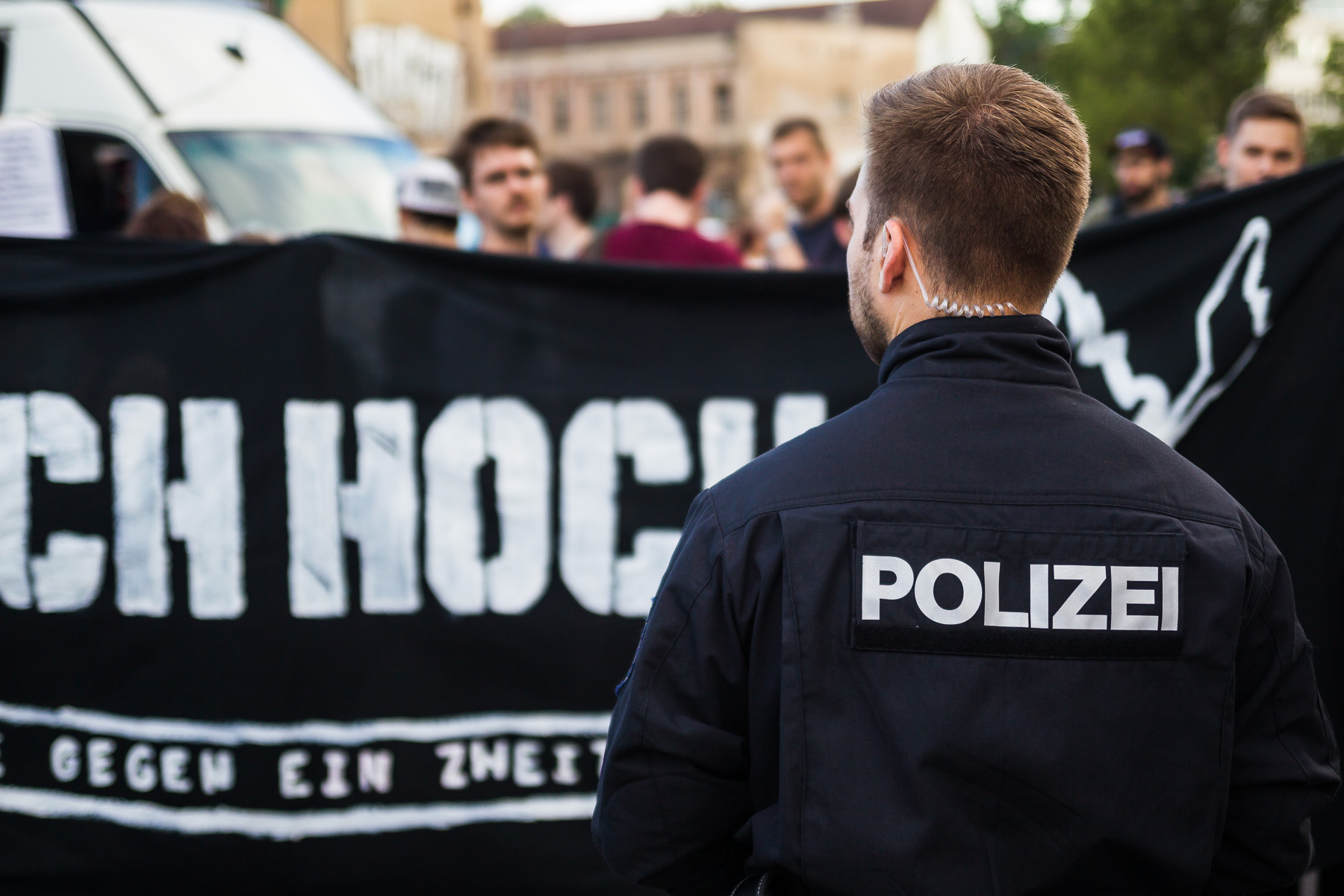 Mit HKNKRZ Shirt bei der Pegida Demonstration