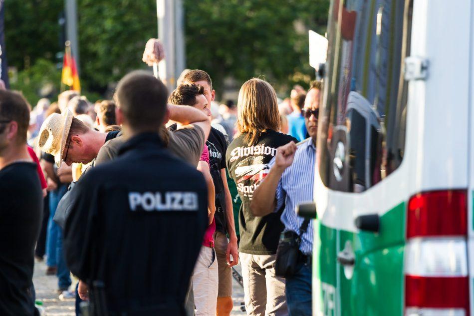 Pegida Teilnehmer mit Division Sachsen T-Shirt