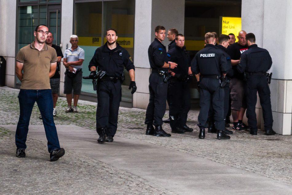 Pegida Teilnehmer mit HKNKRZ T Shirt wird von der Polizei umstellt