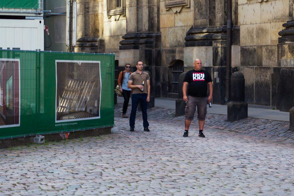 Pegida Teilnehmer provoziert mit HKNKRZ Shirt neben der Nope Demonstration