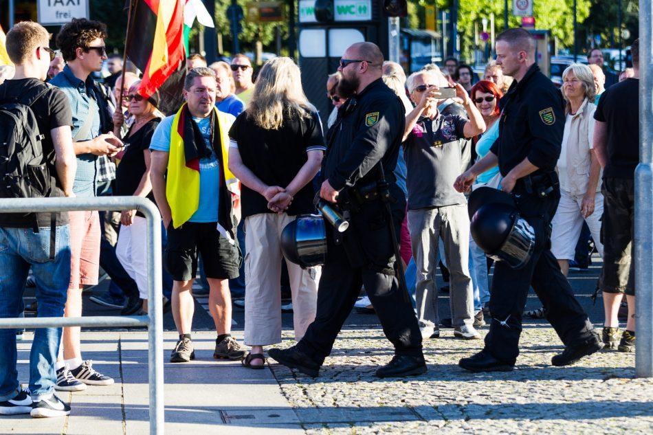 Ein Beamter hält Demonstration das Pfeffer-spray bereit. Ohne Anlass