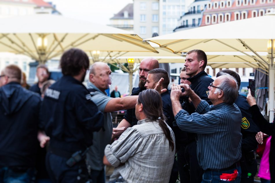 Pegida Teilnehmer Fotografieren gezielt Gegendemonstranten