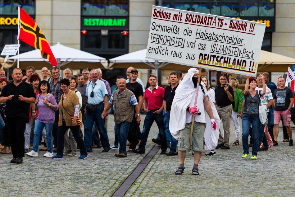 Bei Pegida lief mindestens ein Teilnehmer verkleidet mit