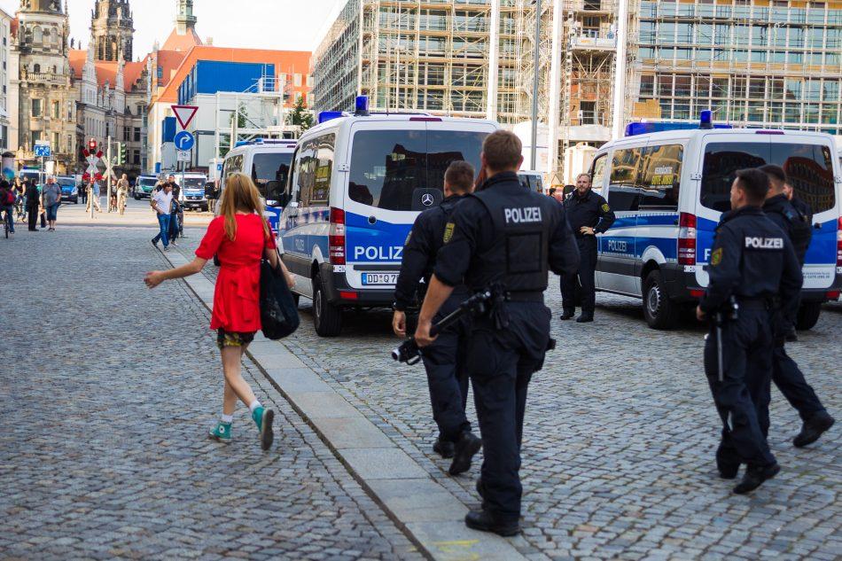 Die Dame wurde nach Ihrer Äußerung sie sein Jüdin und ist wütend, direkt von der Polizei vom Platz geführt.