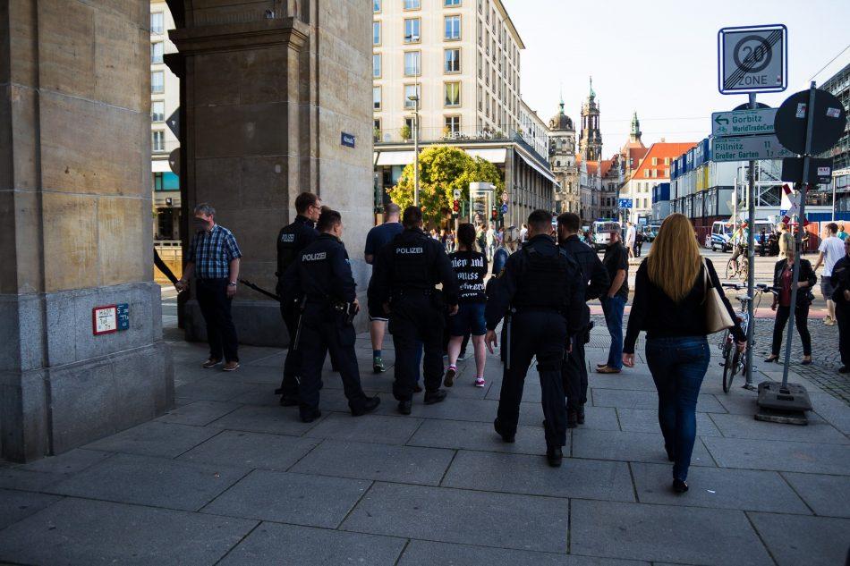 Eine Gruppe von Passanten wurde ebenso vom Altmarkt verwiesen. Die Berichterstattung über diesen Vorgang wurde von der Polizei behindert.