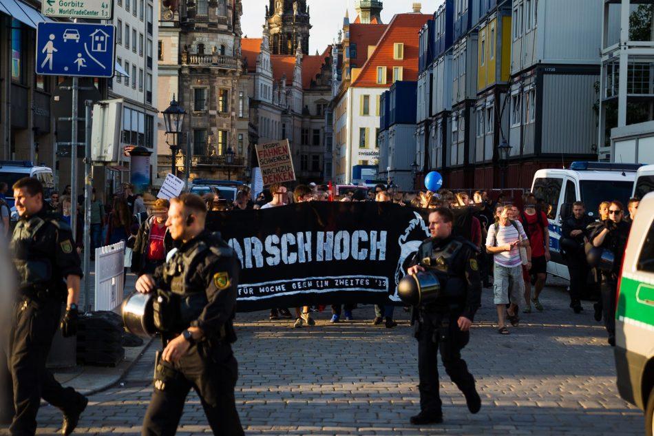 Die Nope Demonstration kommt auf der Wildsruffer Straße an.