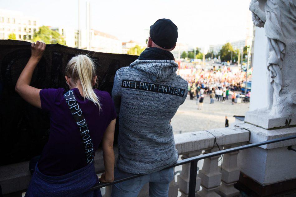 Gegendemonstration auf dem Blakon des Schauspielhaus Dresden