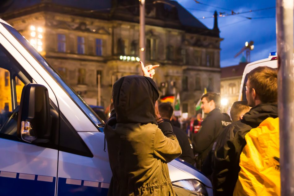 Gegendemonstranten bei der Pegida Demo am Montag