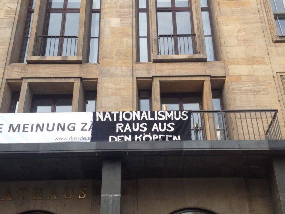 Das Nationalimuss raus aus den Köpfen Transparent hing heute gut sichtbar am Rathaus Dresden