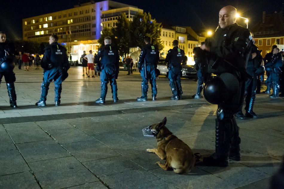 Die Polizei setze auch Hunde ein um die Teilnehmer zu trennen.