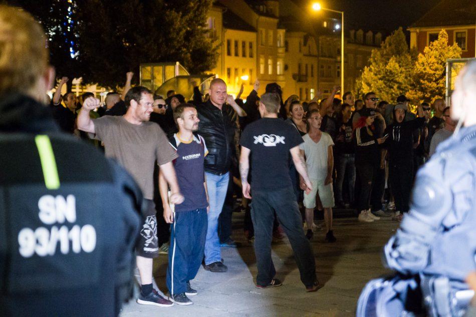 """Anwohner, """"Besorgte Bürger"""" und Rechtsextreme im Bautzen werden von der Polizei von den Gegendemonstranten getrennt"""