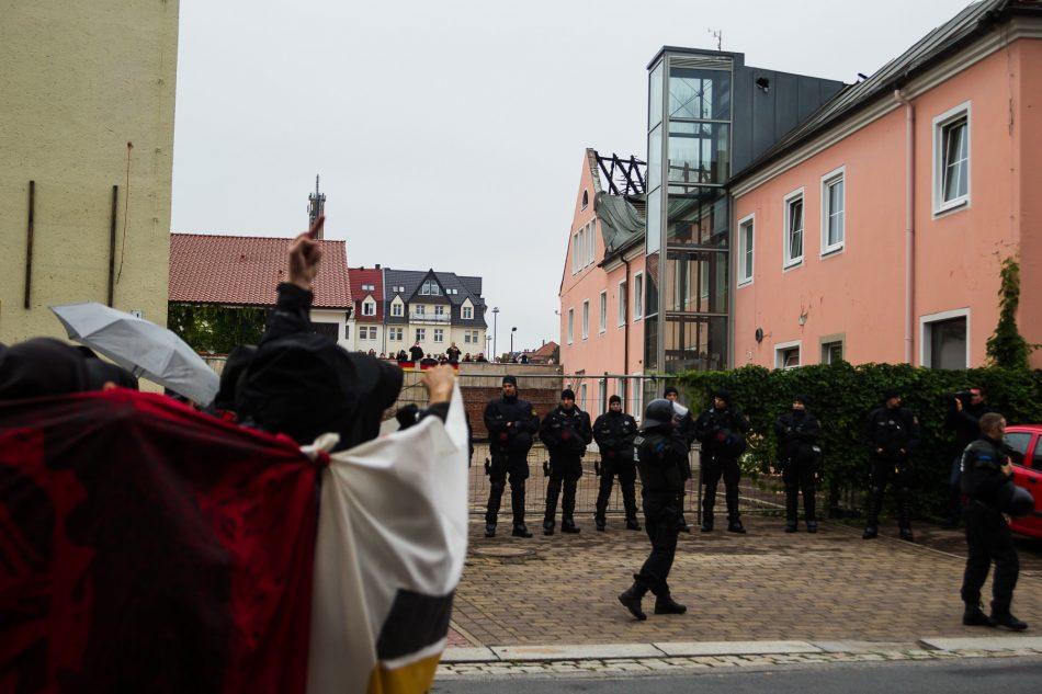 Die Demonstration führte am Husarenhof vorbei. Das Hotel sollte als Unterkunft dienen, brannte aber aus. Einige rechte versuchten die Teilnehmer zu provozieren.