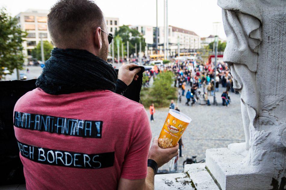 Mit Transparent und Popcorn, gegen Pegida