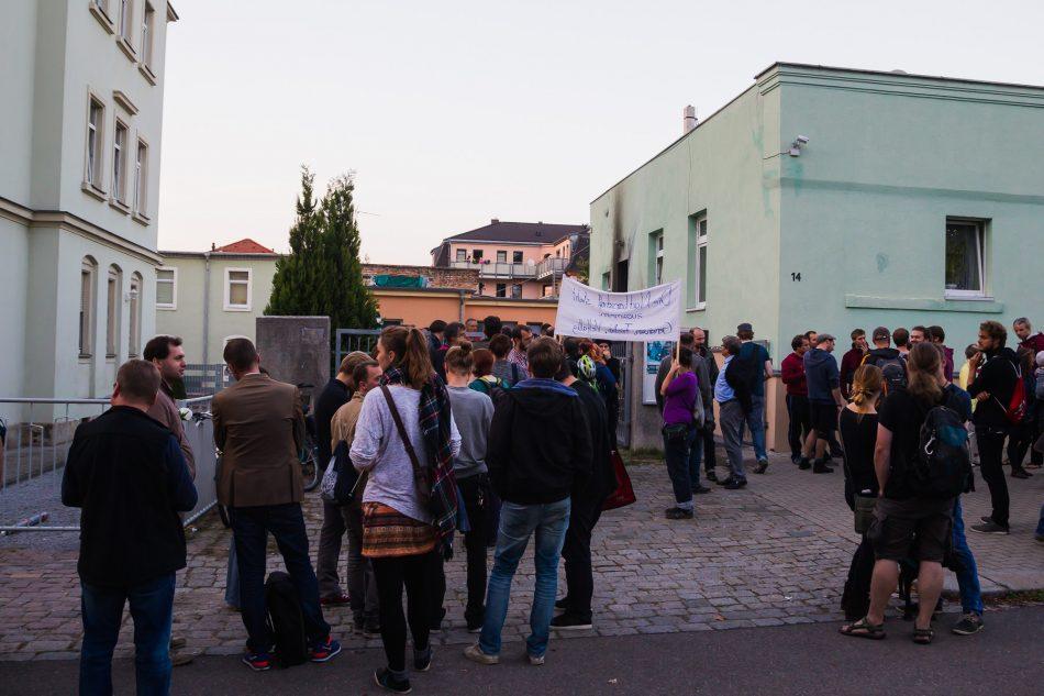 Gut 100 Menschen haben am Dienstagabend vor der Fatih-Moschee in Dresden eine Mahnwache abgehalten