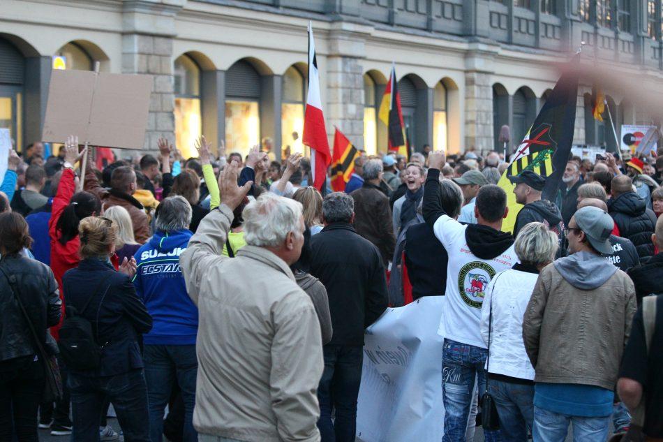 Die Teilnehmer der Pegida Demonstration sprechen sich für Lutz Bachmann aus