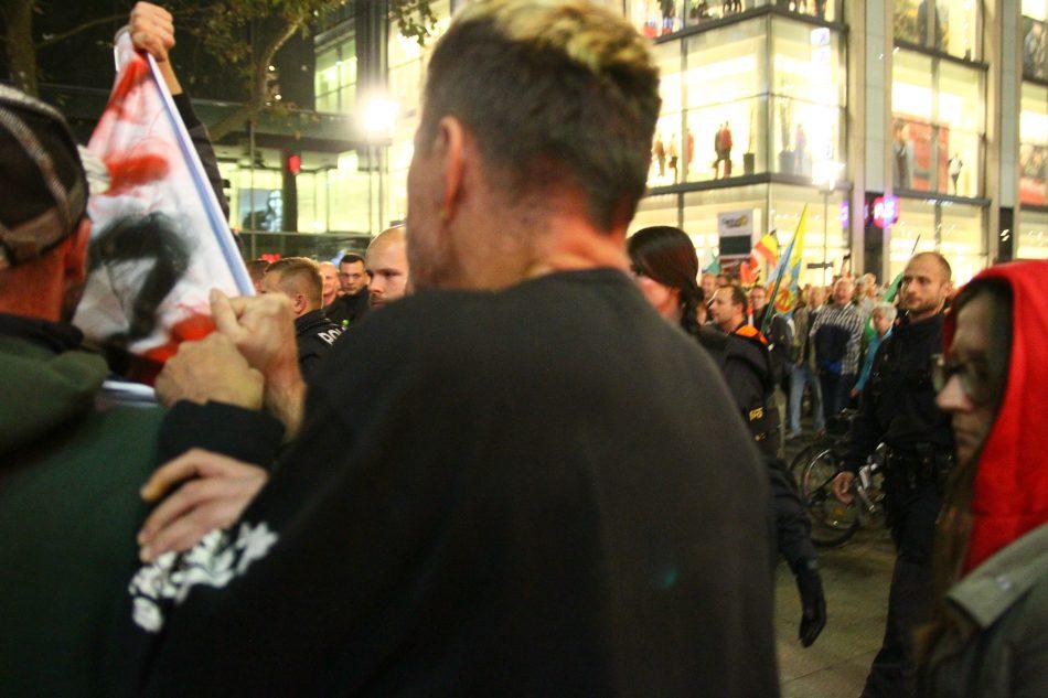 Ein Pegida Teilnehmer geht einen Gegendemonstranten aggressiv an
