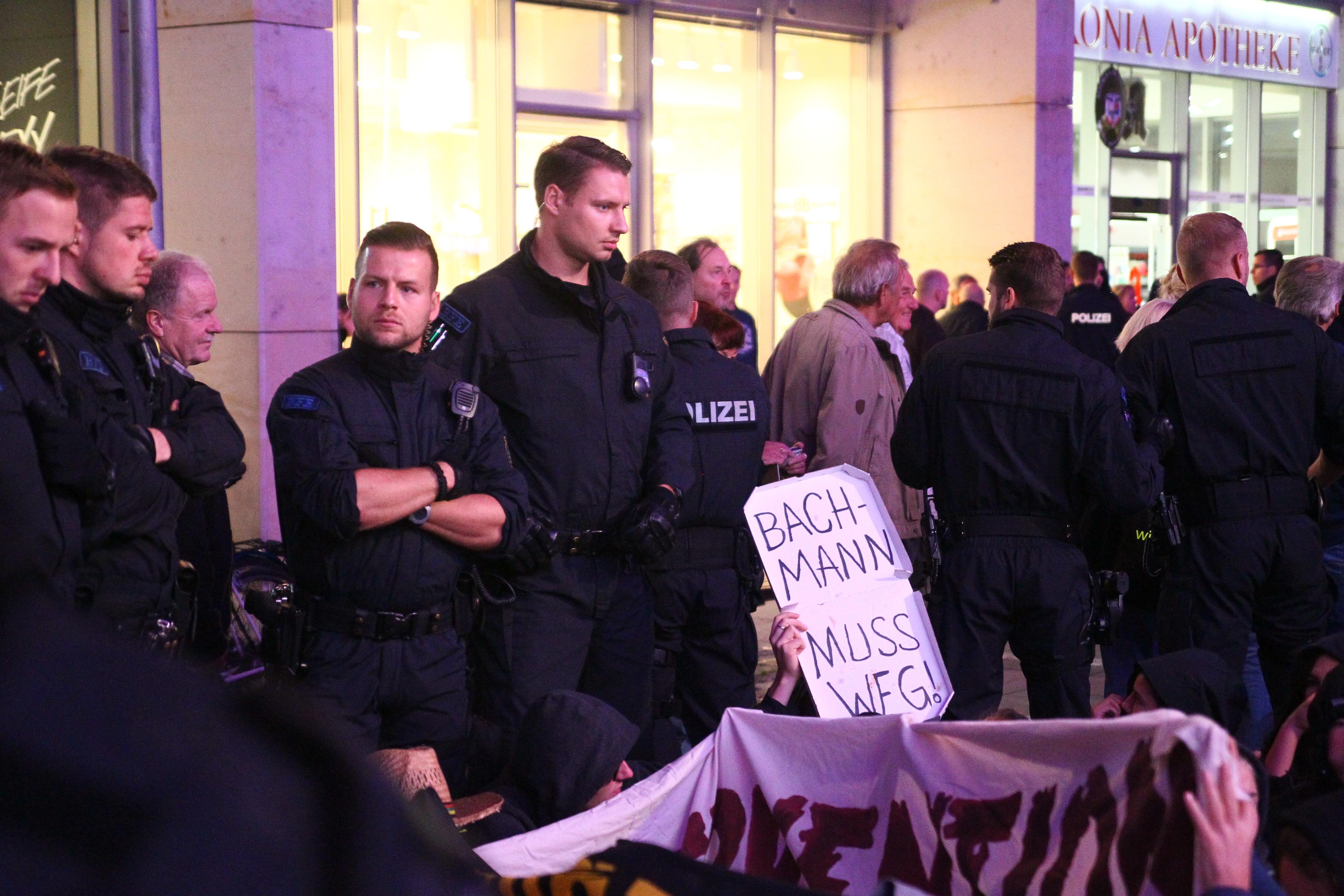 Einige Gegendemonstranten organisierten eine kleine Sitzblockade, die Pegida Teilnehmer mussten um sie herum geführt werden