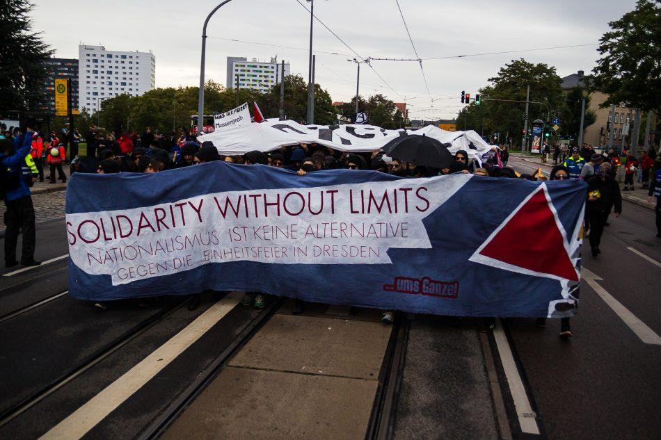 Die  Solidarity without limits Demonstration gegen die Einheitsfeier startet