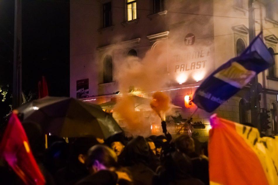 Bei der Solidarity without limits Demonstration gegen die Einheitsfeier wird ein Rauchtopf gezündet